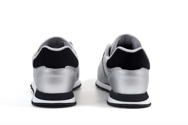 Vista traseira de alguns calçados esportivos em fundo branco