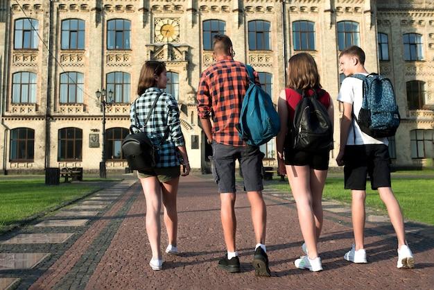 Vista traseira, de, amigos adolescentes, ir, para, highschool