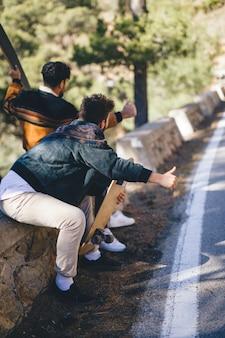 Vista traseira, de, amigos, hitchhiking