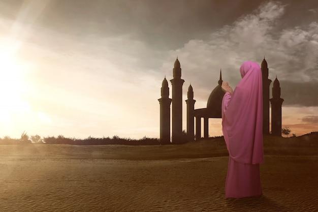 Vista traseira, de, asiático, muçulmano, mulher, com, véu, rezar, para, deus