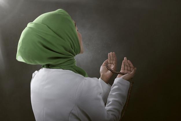 Vista traseira, de, asiático, muçulmano, mulher rezando, para, deus