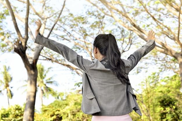 Vista traseira, de, asiático, mulher negócio, olhar, feliz