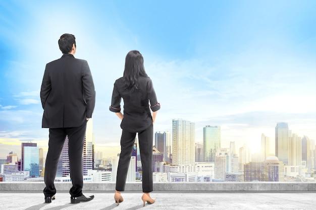 Vista traseira, de, asiático, pessoas negócio, olhar, cityscapes