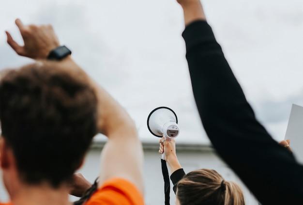 Vista traseira de ativistas estão protestando
