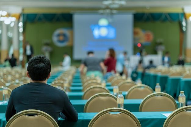 Vista traseira, de, audiência, em, a, conferência, corredor, ou, seminário, reunião, vem, antes de, começo tempo