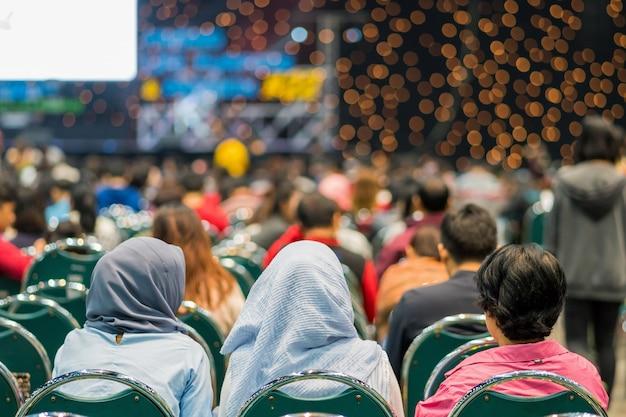 Vista traseira, de, audiência, em, a, corredor conferência, ou, seminário, reunião, que, tem, alto-falantes