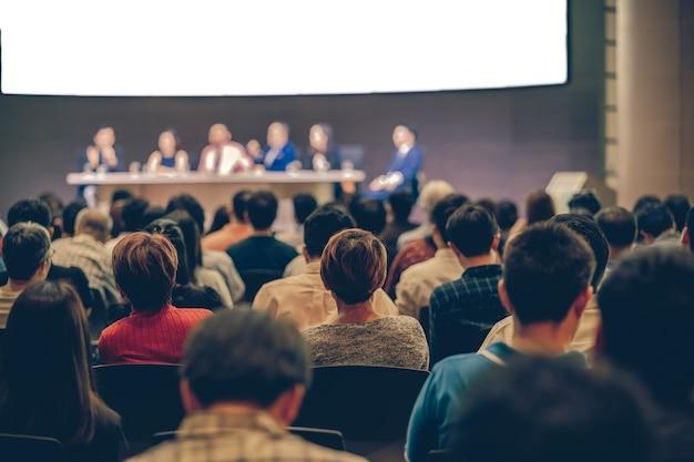 Vista traseira, de, audiência, em, a, corredor conferência, ou, seminário, reunião