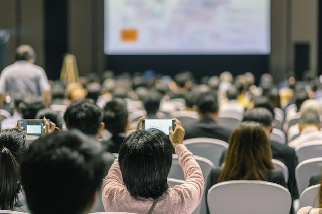 Vista traseira, de, audiência, escutar, alto-falantes, ligado, a, fase, em, a, corredor conferência, ou, seminário, reunião