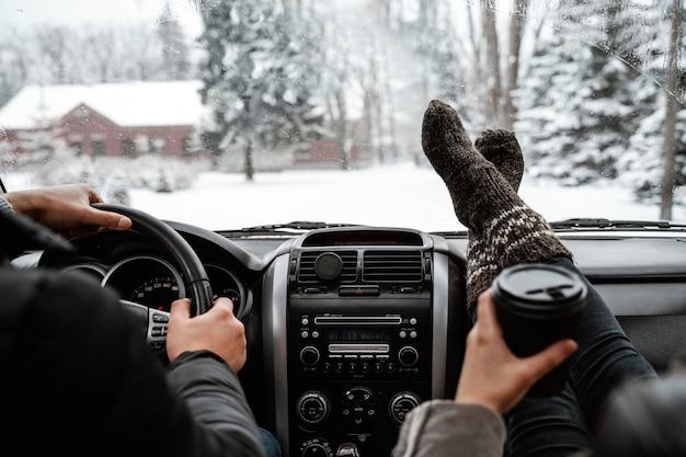 Vista traseira de casal em uma viagem de carro