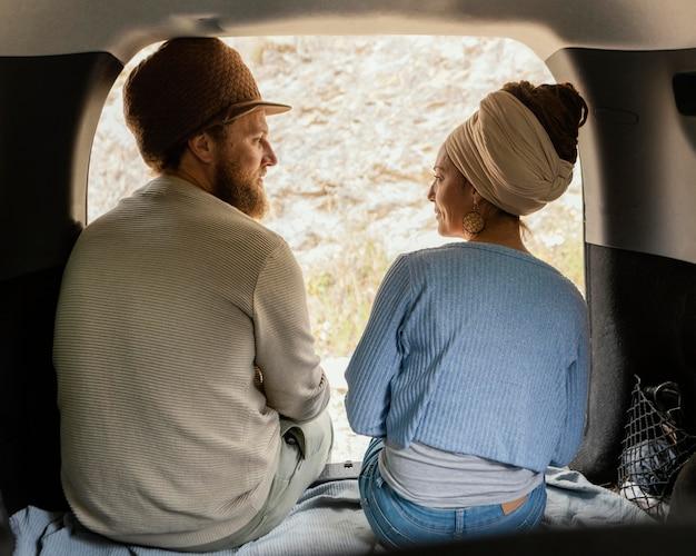 Vista traseira de casal sentado no carro