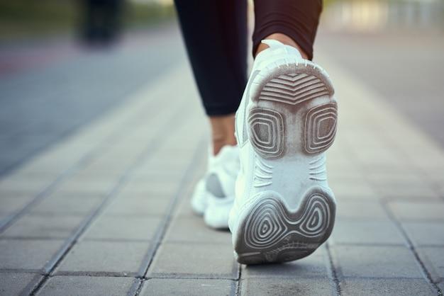 Vista traseira, de, corredor, em, esporte, sneakers, executando, ao ar livre, vista