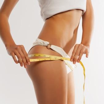 Vista traseira, de, desportivo, mulher, com, corpo magra, medindo, quadris, -, modelo
