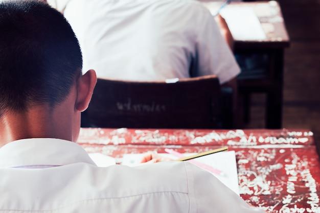 Vista traseira, de, estudantes, escrita, resposta, fazendo exame