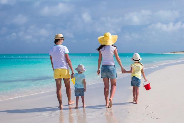 Vista traseira, de, família jovem, com, dois filhos, ligado, caraíbas, férias