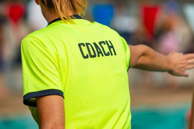Vista traseira, de, femininas, treinador nadador, dar, instrução, para, dela, nadadores