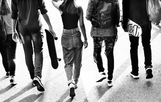 Vista traseira, de, grupo escola, amigos, andar, ao ar livre, estilo vida