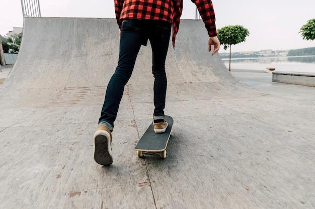 Vista traseira, de, homem, ligado, skateboard