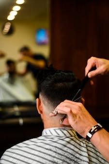 Vista traseira, de, homem, obtendo, um, corte cabelo
