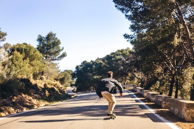 Vista traseira, de, homem, skateboarding