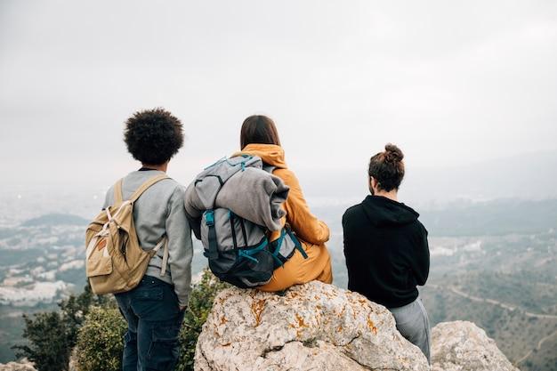 Vista traseira, de, macho fêmea, hiker, negligenciar, a, vista montanha