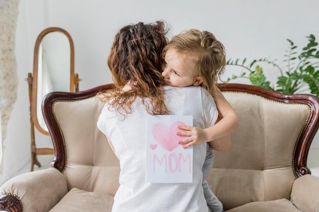 Vista traseira, de, mãe, abraçando, para, dela, filha, ligado, dia mãe