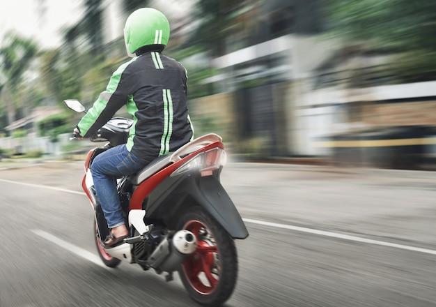 Vista traseira, de, motocicleta, táxi, passeio, com, rapidamente