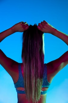 Vista traseira, de, mulher, amarrando, dela, cabelo