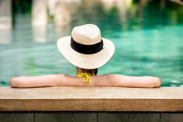 Vista traseira, de, mulher asian, com, chapéu, relaxante