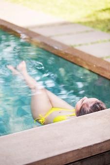 Vista traseira, de, mulher asian, com, swimwear, relaxante