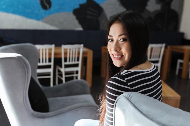 Vista traseira, de, mulher asiática, sentando cafeteria