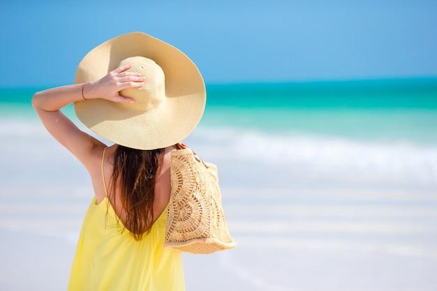Vista traseira, de, mulher chapéu, durante, tropicais, praia, férias