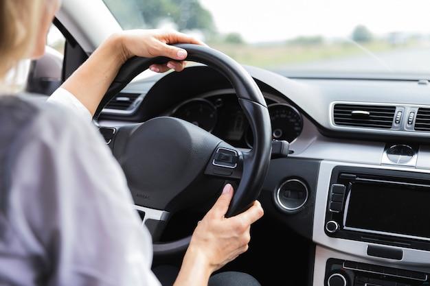 Vista traseira, de, mulher dirigindo