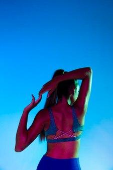 Vista traseira, de, mulher, esticar, dela, braços