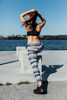 Vista traseira, de, mulher, fazendo, lunges