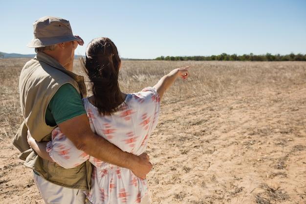 Vista traseira, de, mulher homem, apontar, paisagem
