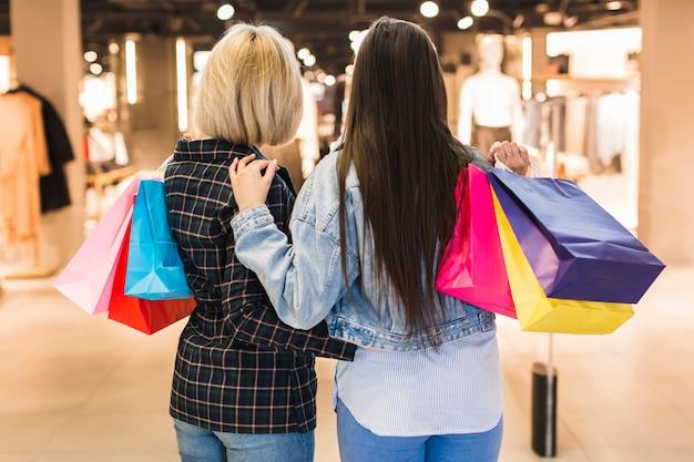Vista traseira de mulheres adultas com sacos