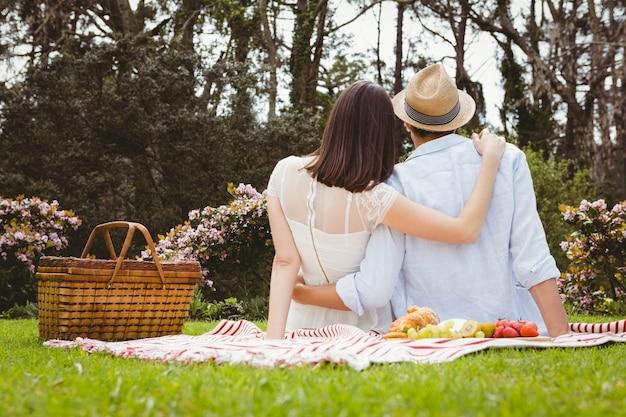 Vista traseira, de, par jovem, abraçar, um ao outro, em, jardim