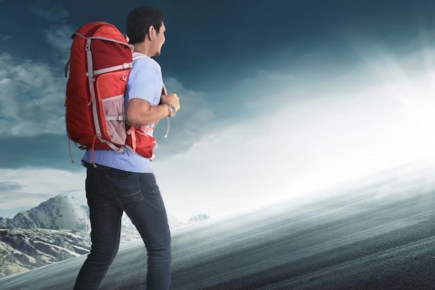 Vista traseira, de, turista asiático, com, mochila, escalar
