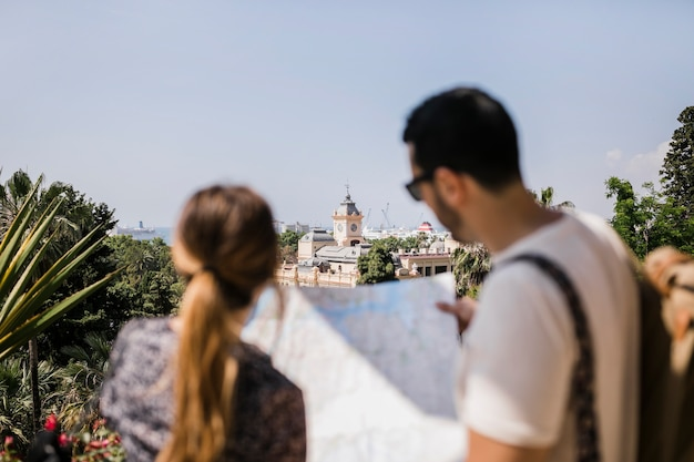 Vista traseira, de, turista, olhar, mapa, explorar, cidade