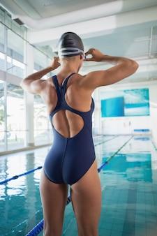 Vista traseira, de, um, ajuste, femininas, nadador, ficar, por, a, piscina, em, lazer, centro