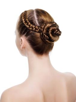 Vista traseira de um belo penteado de tranças. em