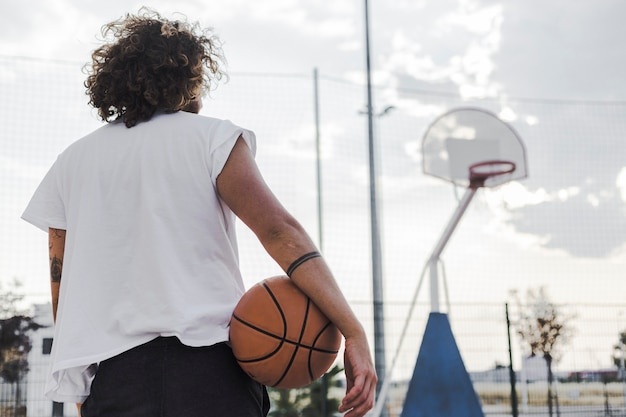 Vista traseira, de, um, homem, com, basquetebol