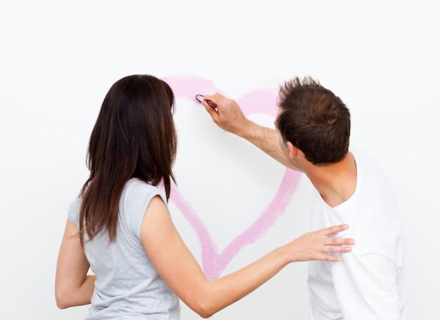 Vista traseira de um homem desenhando um coração para sua namorada