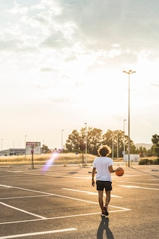 Vista traseira, de, um, homem, jogando basquetebol, em, corte