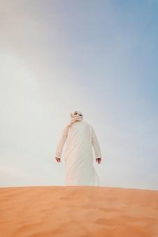 Vista traseira de um homem na sobremesa de areia