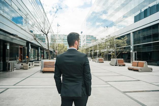 Vista traseira, de, um, homem negócios fica, ligado, a, negócio, campus