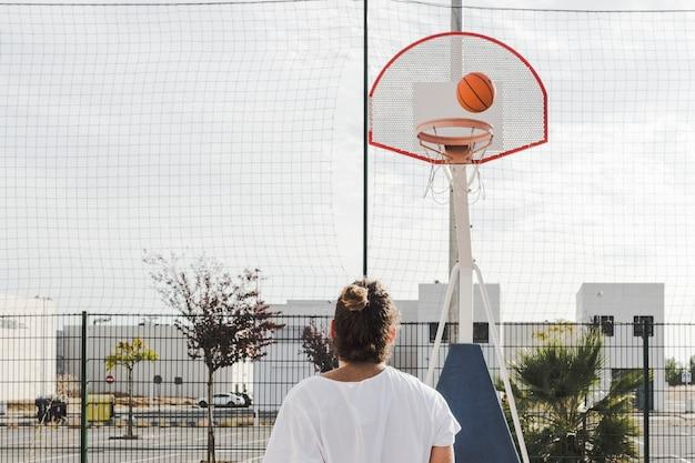 Vista traseira, de, um, homem olha, em, basquetebol, passagem, aro, em, corte