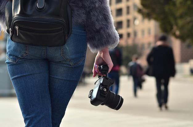 Vista traseira, de, um, menina, com, um, câmera digital, ligado, um, aglomerado, rua, ba