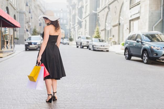 Vista traseira, de, um, mulher, com, bolsas para compras