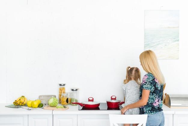 Vista traseira, de, um, mulher, com, dela, filha, em, cozinha
